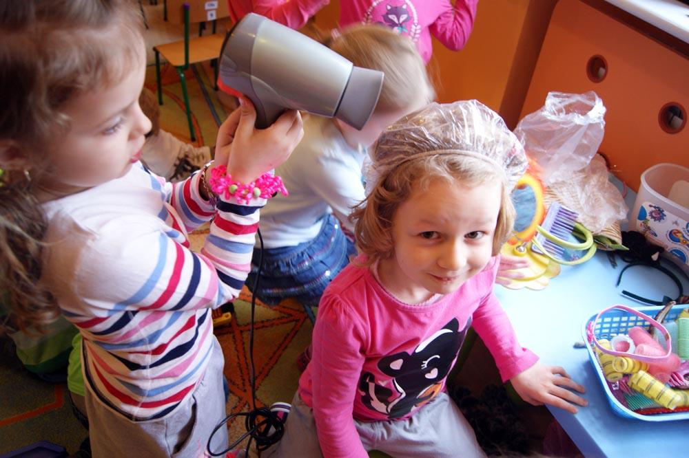 Zabezpieczony: Rumianki poznają pracę krawca i fryzjera