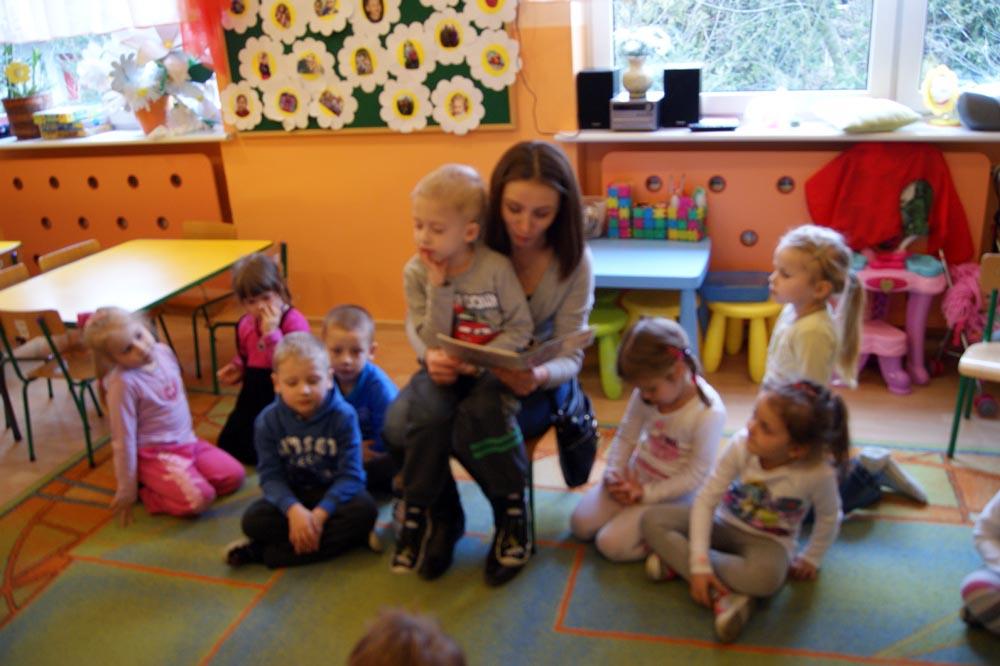 Zabezpieczony: W Rumiankach czytała bajki dzieciom mama Mieszka