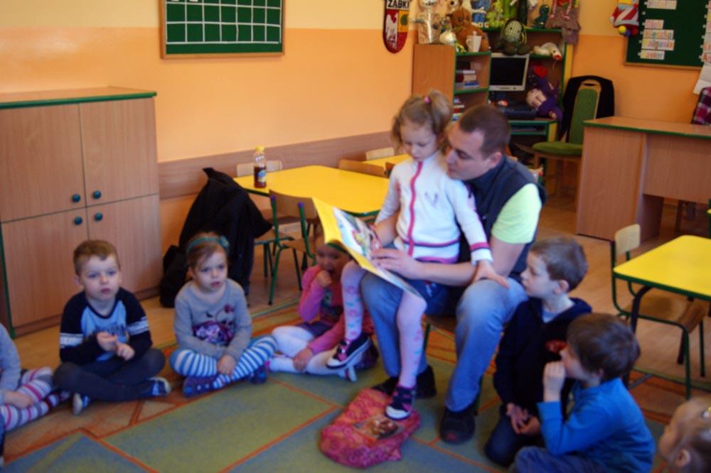 Zabezpieczony: W Rumiankach czytał  dzieciom bajki tata Marysi