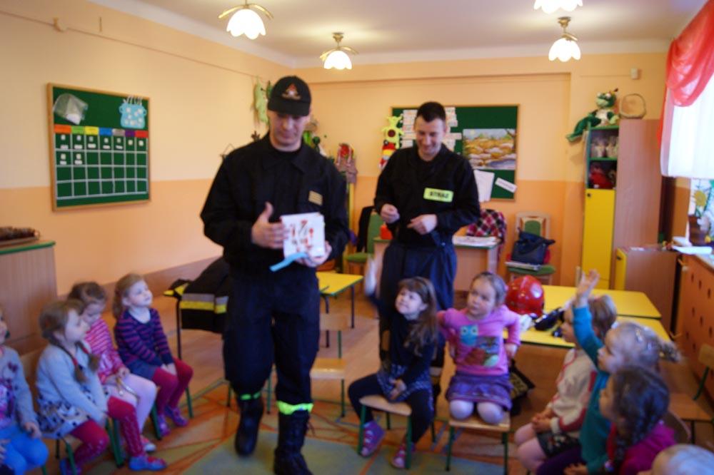 Zabezpieczony: Rumianki poznają pracę strażaka (tata Mieszka i tata Bartusia)