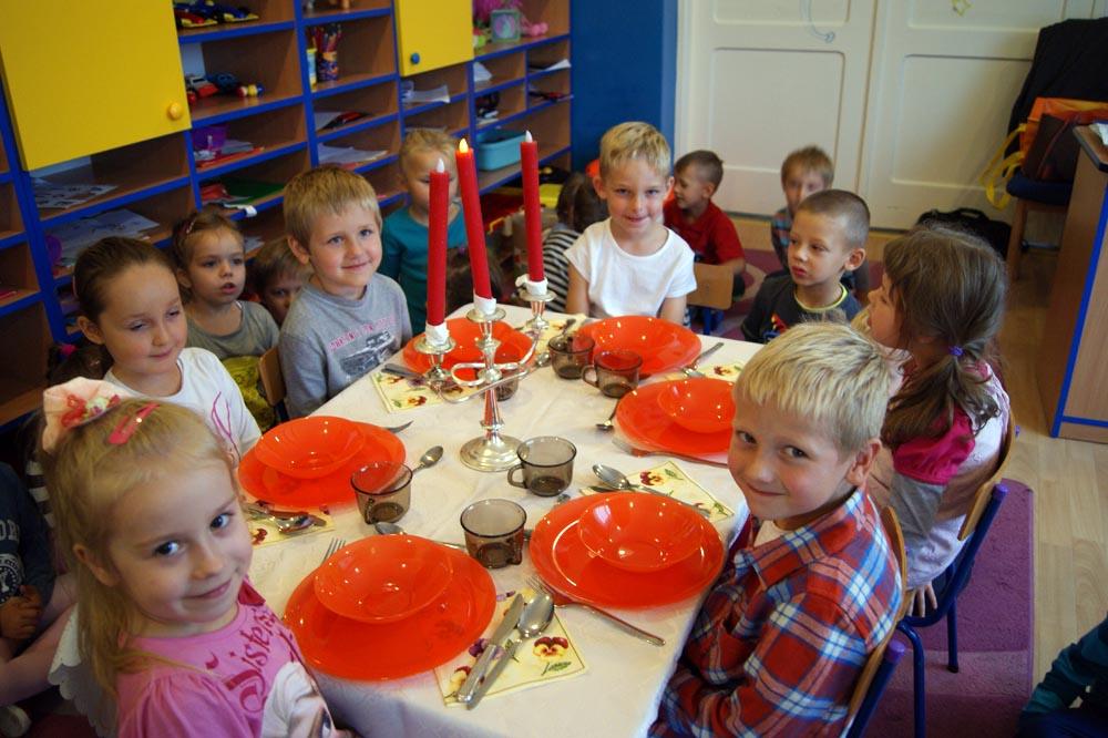 RUMIANKI uczą się podstawowych zasad savoir-vivre przy stole oraz samodzielnie robią sałatkę owocową