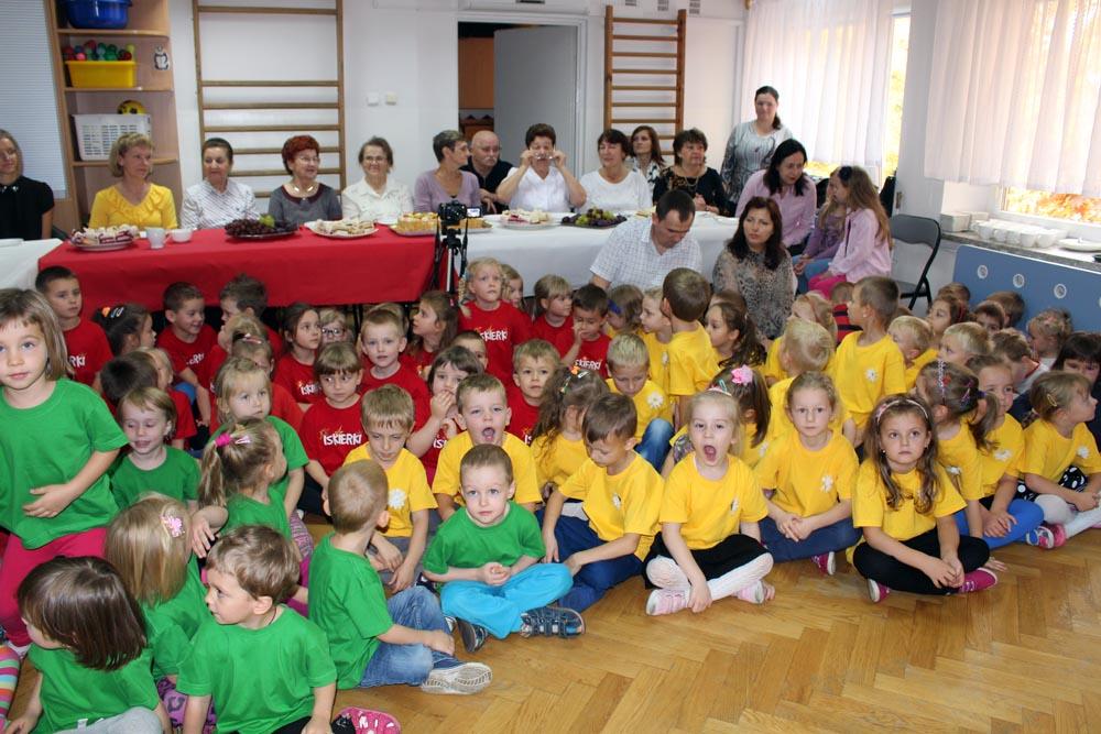 Uroczyste obchody Dnia Edukacji Narodowej wraz z goszczącymi w przedszkolu emerytowanymi pracownikami