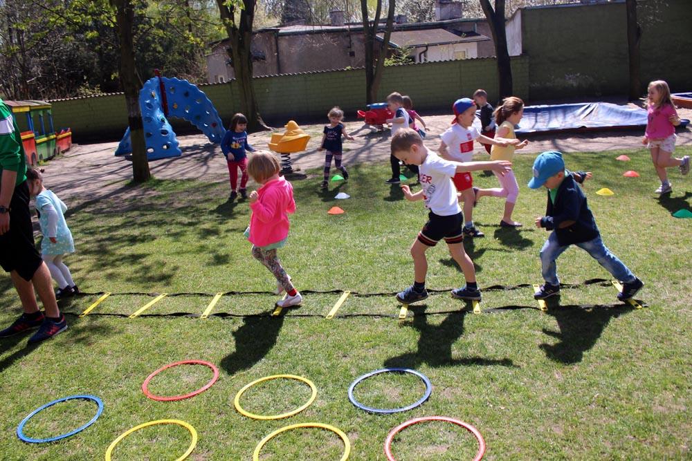 Zajęcia z piłką w ogrodzie