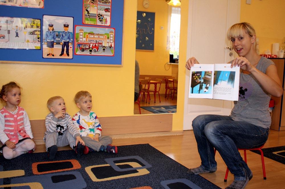 """W Kryształkach czyta dzieciom mama Nikolki w ramach akcji """"Poczytaj mi mamo, poczytaj mi tato"""""""