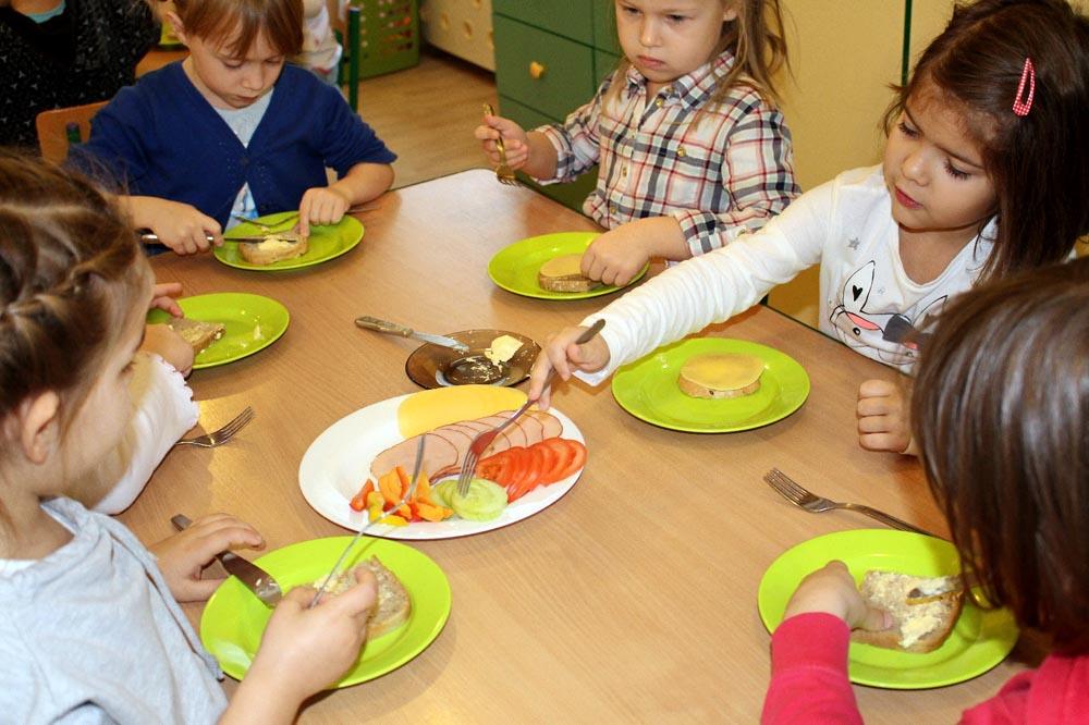 Przedszkolaki z Leśnego Zakątka samodzielnie przygotowują sobie śniadanie.