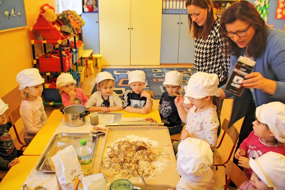 Kryształki i Maczki podczas cyklicznych warsztatów z dietetykiem pieką zdrowe świąteczne pierniczki