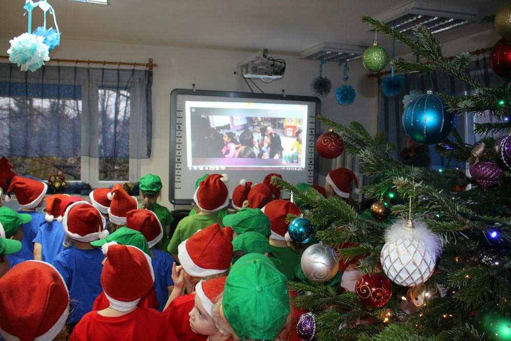 Dzieci biorą udział w telekonferencji z przedszkolem w Nowym Jorku