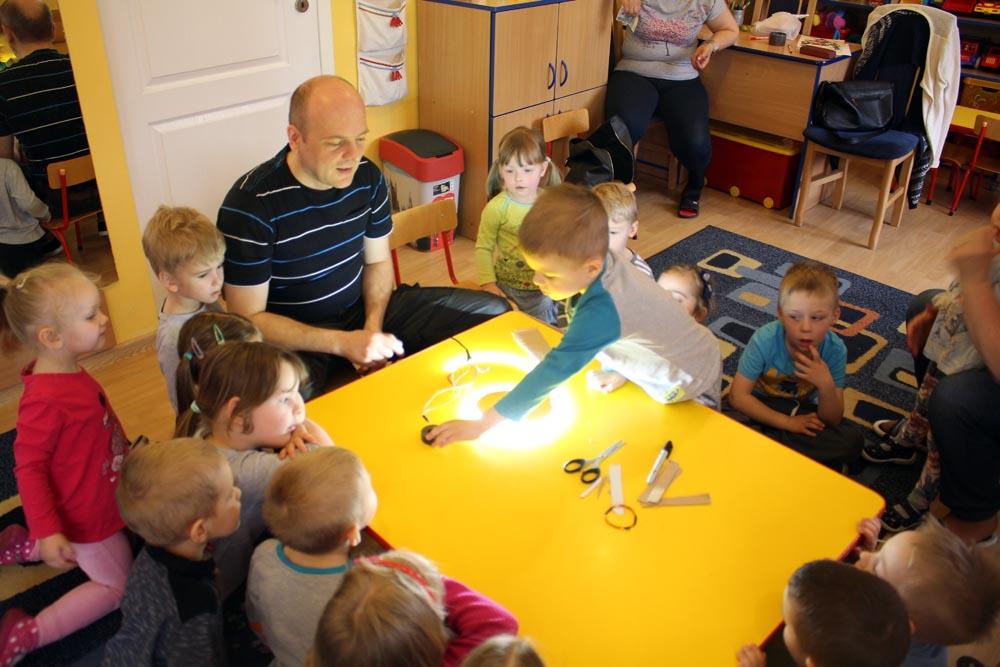Eksperymenty z prądem w Kryształkach z udziałem taty Uli
