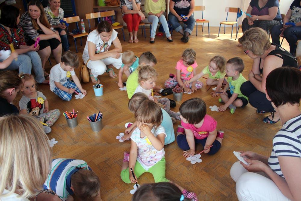 Zajęcia adaptacyjne z dziećmi i rodzicami prowadzone przez nauczycielki grupy