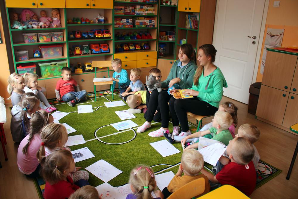 Nasze absolwentki odwiedzają przedszkole i w ramach wolontariatu zajmują sie swoimi młodszymi kolegami