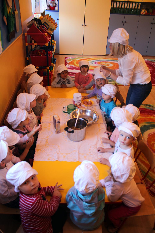 Zajęcia kulinarne z wykorzystaniem darów jesieni (nawet najmłodsze Groszki piekły już szarlotkę)