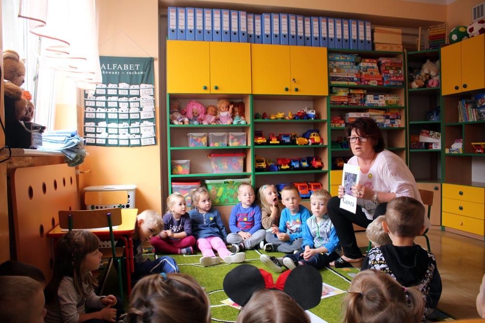 Kryształki z panią Marzenką poznają dom niedźwiedzia i same budują domy z różnorodnych materiałów