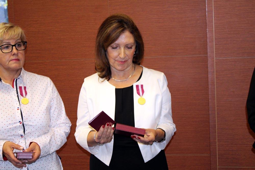 Pani Anna Kryńska-Gardener została odznaczona złotym medalem Prezydenta RP za służbę dla oświaty.