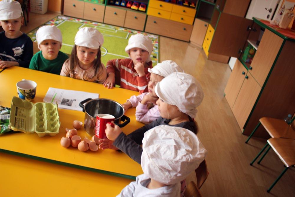 Kryształki pieką rosyjskie ciasto miodowe ze śmietanką – KOVRIZHKA