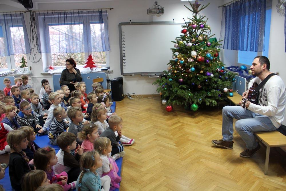 Tata Miłosza śpiewa kolędy z dziećmi i dla dzieci