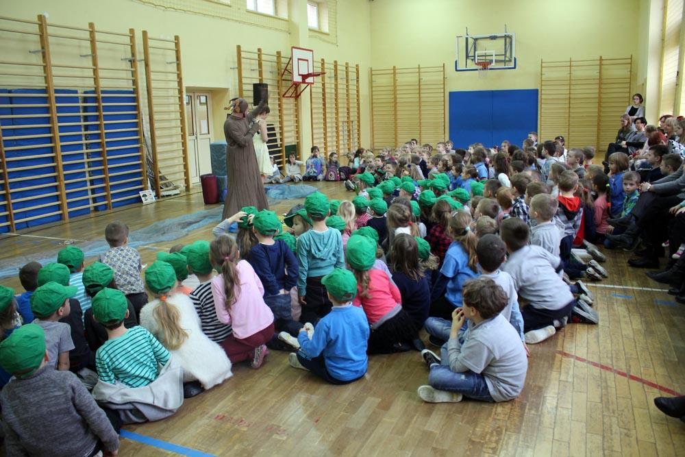 """Spektakl ekologiczny w Szkole Podstawowej Nr2 """"O czym marzą drzewa"""""""