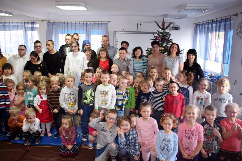 """Przedstawienie """"Opowieść wigilijna"""" w wykonaniu Koła Pomocy Dzieci i Młodzieży Niepełnosprawnej w Ząbkach"""
