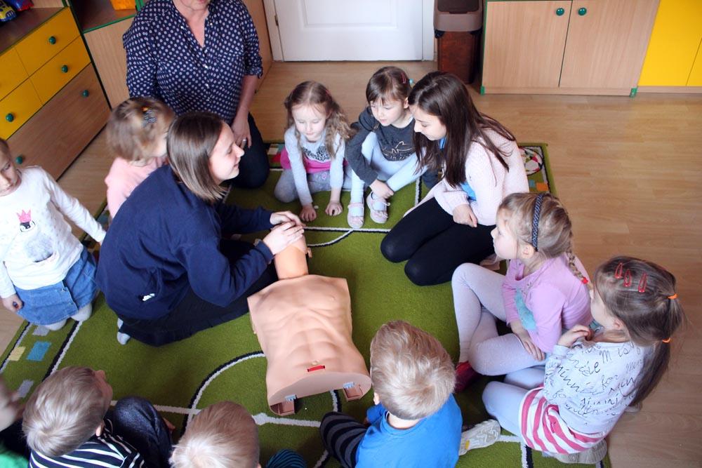Kryształki uczą wolontariuszki ze szkoły zasad udzielania pierwszej pomocy