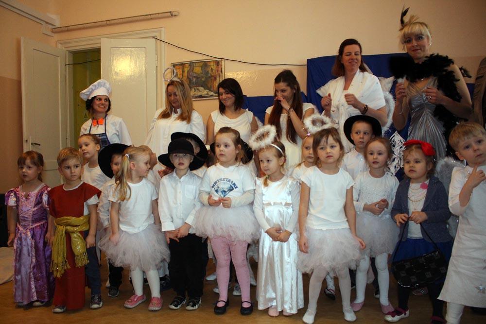 Rodzicielski Teatr Pajęczych Opowieści podczas występów w Szpitalu Drewnica