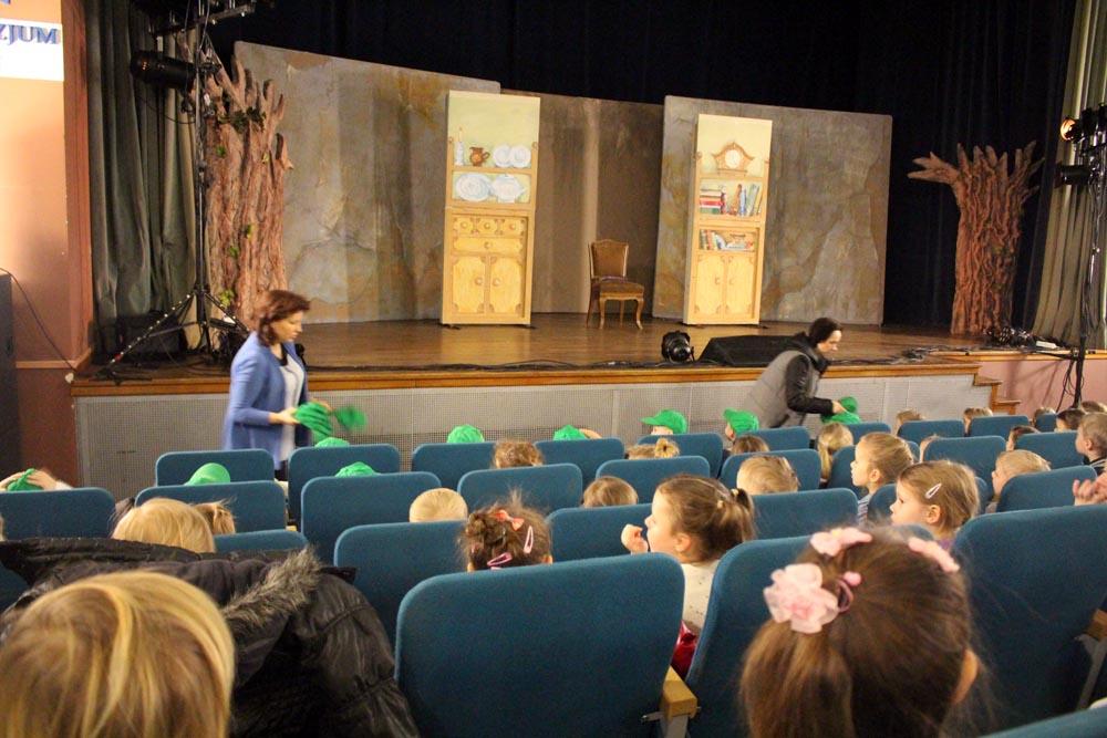 """Spektakl Krakowskiego Teatru Współczesnego """"Baśnie Braci Grimm"""" w sali widowiskowej w Zielonce"""