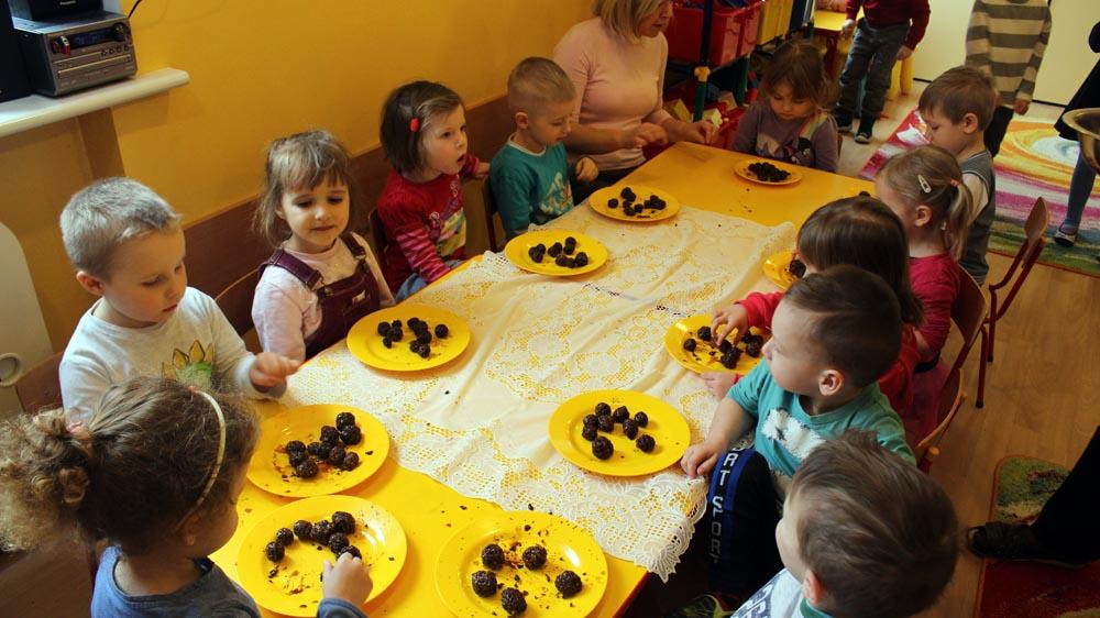 """Groszki, w ramach innowacji pedagogicznej """"Leśny Zakątek zdrowych nawyków początek"""", przygotowują smaczne i zdrowe kulki czekoladowe"""