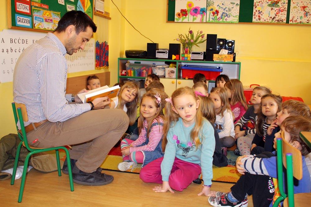 """Tata Dominiki i Wiktorii czyta dzieciom bajki w ramach akcji """"Poczytaj mi mamo, poczytaj mi tato"""""""