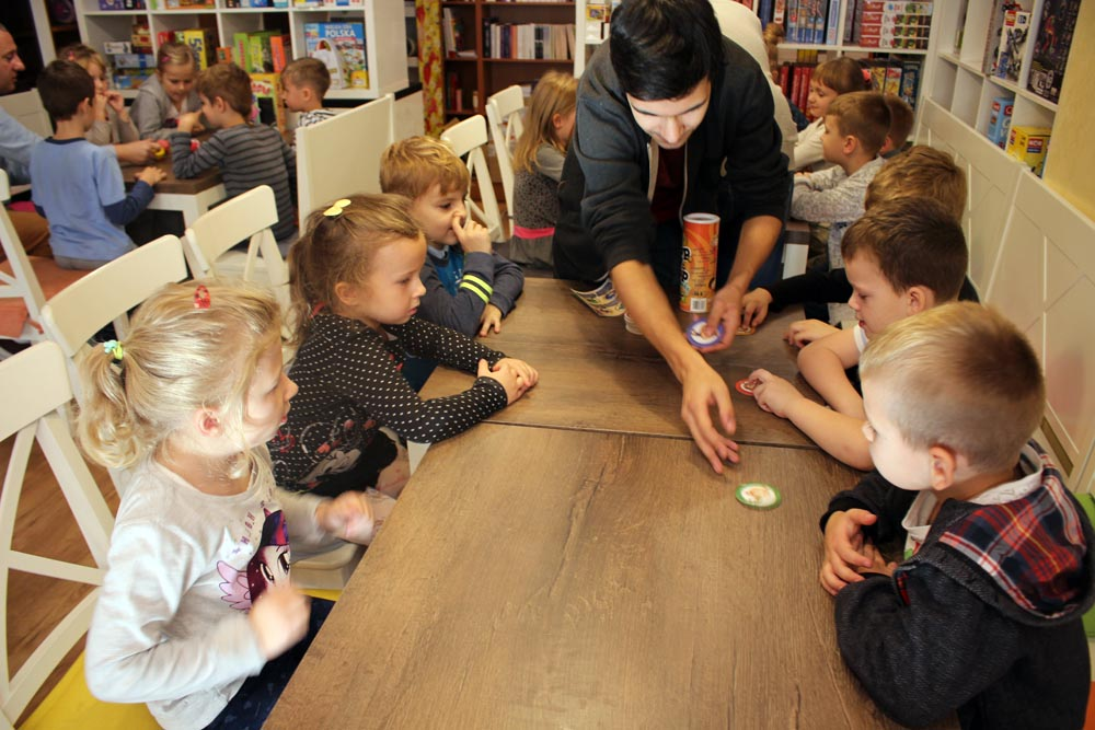 Maczki i Szafirki w Cafe Orla rozwijają swoje zdolności intelektualne podczas poprzez gry strategiczne