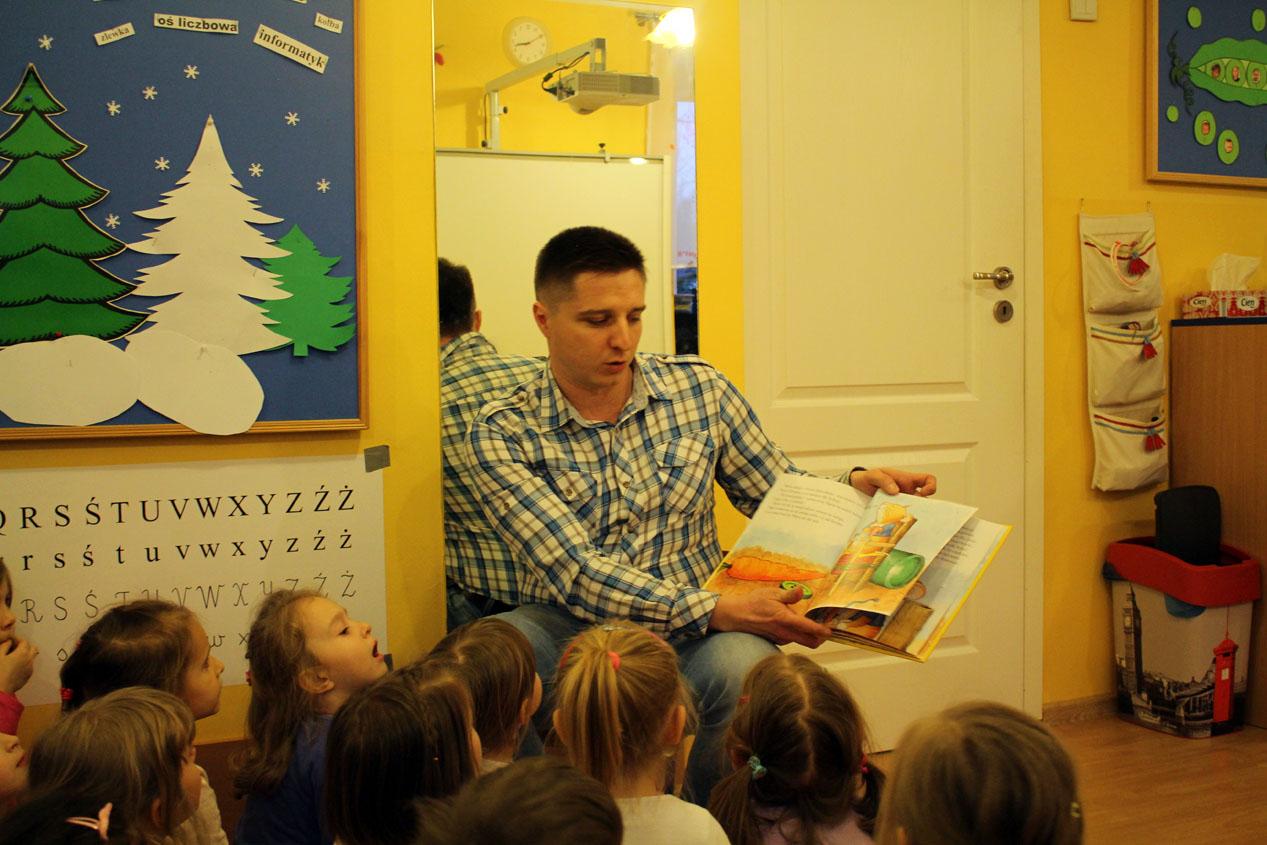 W Groszkach czyta bajki tata Julki