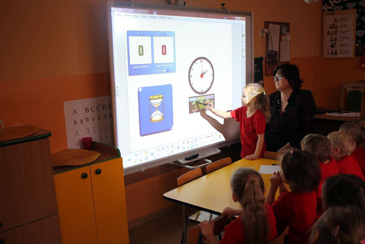 Kryształki uczą się odmierzać czas – zajęcia z tablicą interaktywną