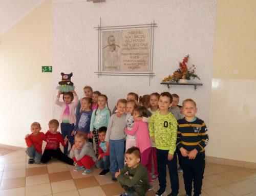 """Zwiedzanie szkoły podstawowej przez Kryształki w ramach programu """"Ku dojrzałości szkolnej"""""""