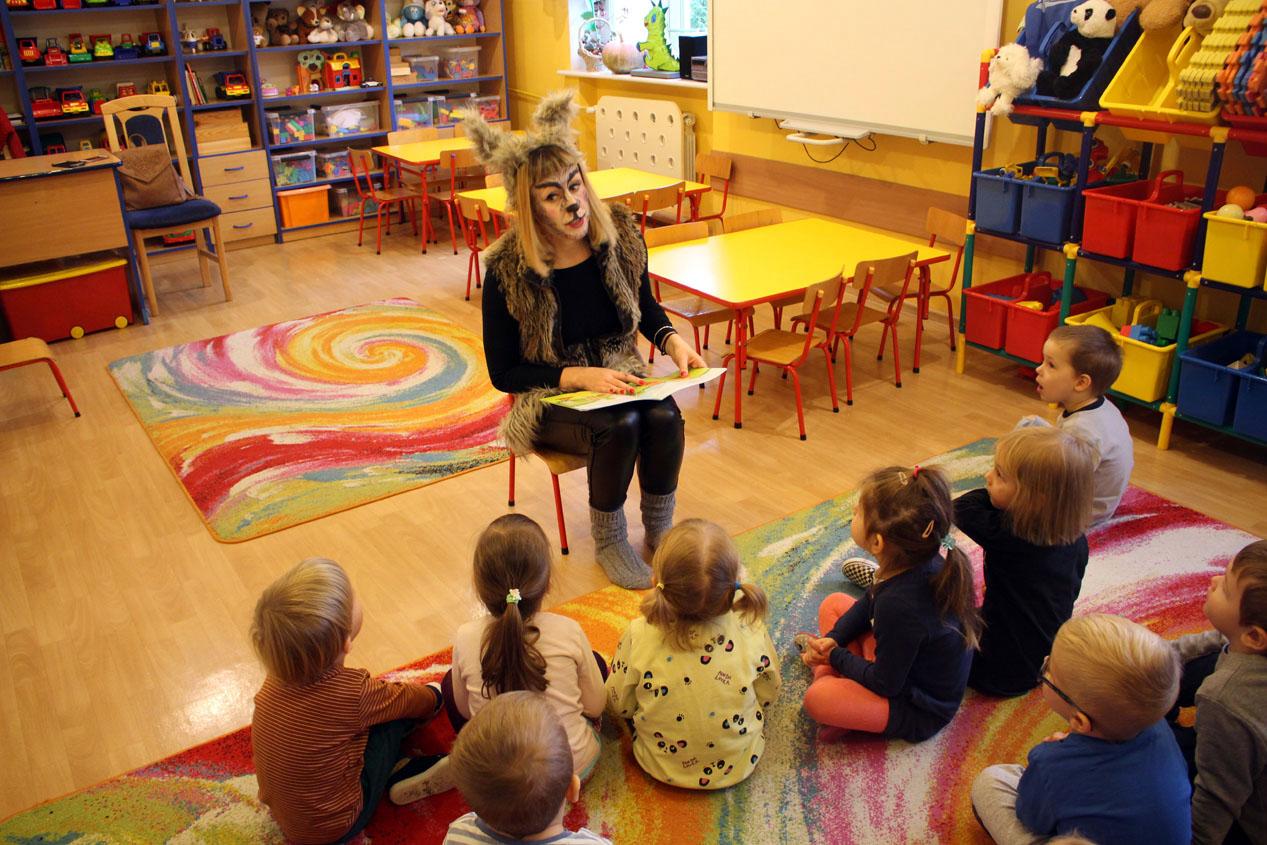 Mama Rysia czyta dzieciom