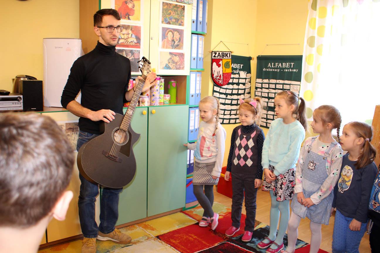 Warsztaty rytmiczne z panem Mariuszem i jego gitarą