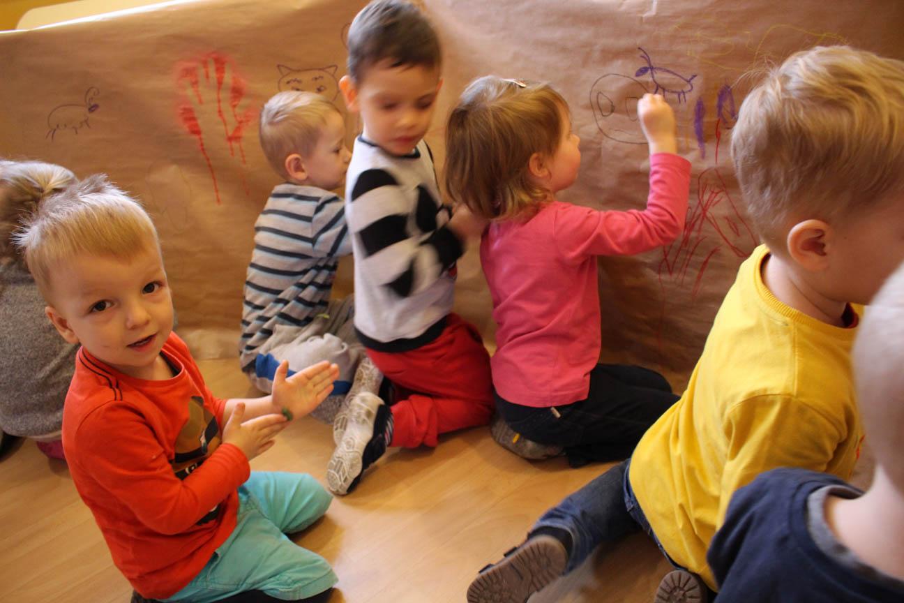 Różyczki budują jaskinię i tworzą ścienne malowidła