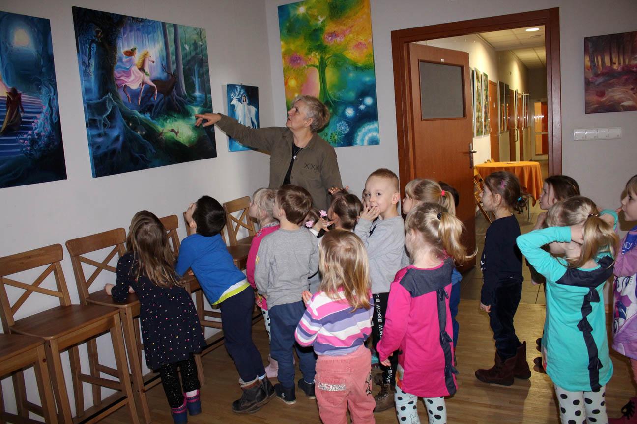 Przedszkolaki na wystawie w Miejskim Ośrodku Kultury